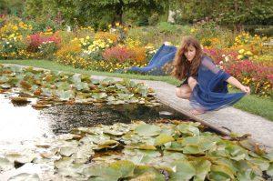 """Allegorie """"Die blaue Nymphe"""" – Die Farbe des Geistes umhüllt zart und durchscheinend alle Sinnlichkeit / Bild 2008, entstanden im Zuge des Nymphenspiel-Kulturprojekts, mit freundlicher Genehmigung des Models (anonym) sowie des Botanischen Gartens in München"""