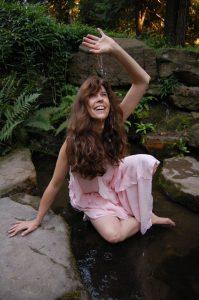 """Allegorie """"Quell-Nymphe"""" – Und Hüterin kristall-perlen der Inspiration Bild 2008, entstanden im Zuge des Nymphenspiel-Kulturprojekts, mit freundlicher Genehmigung des Models (anonym)"""