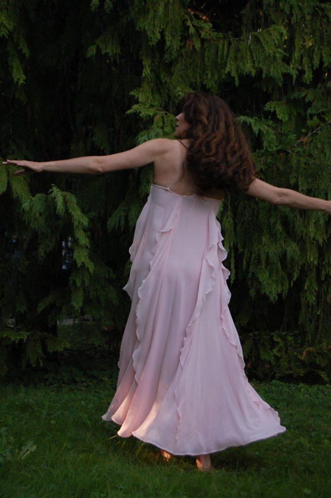 Chamaecyparis Tanz unter dem stillen Wasserfall